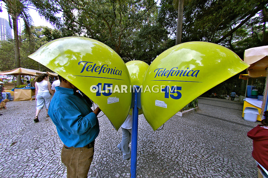 Telefone público na Paulista, São Paulo. 2004. Foto de Juca Martins.