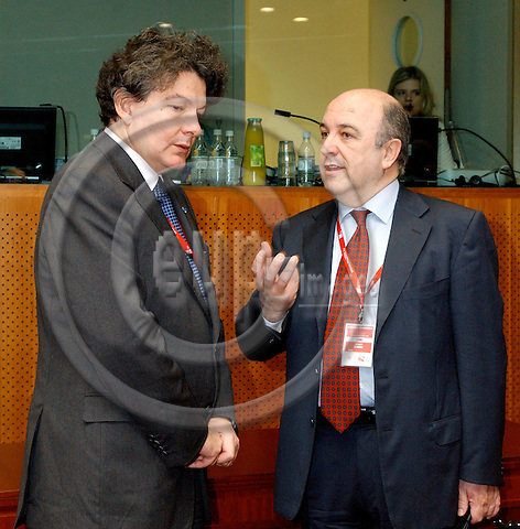 Brussels-Belgium - 23 March 2005--- EU-Summit hosted by the Presidency of Luxembourg: Thierry BRETON (le), Minister of Economic Affairs, Finance and Industry of France, with Joaquín ALMUNIA (ri), European Commissioner in charge of Economic and Monetary Affairs---Photo: Horst Wagner/eup-images