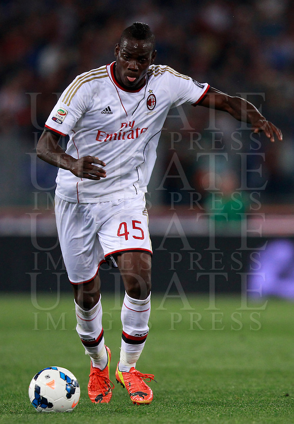 Calcio, Serie A: Roma vs Milan. Roma, stadio Olimpico, 25 aprile 2014.<br /> AC Milan forward Mario Balotelli in action during the Italian Serie A football match between AS Roma and AC Milan at Rome's Olympic stadium, 25 April 2014.<br /> UPDATE IMAGES PRESS/Isabella Bonotto