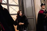 Milano: una ragazza arriva al Teatro alla Scala per la prima alla Scala con il Don Giovanni.