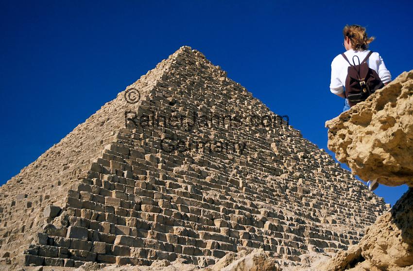 EGY, Aegypten, Gizeh: Frau und Mykerinos Pyramide | EGY, Egypt, Gizeh: woman and Mykerinos Pyramid