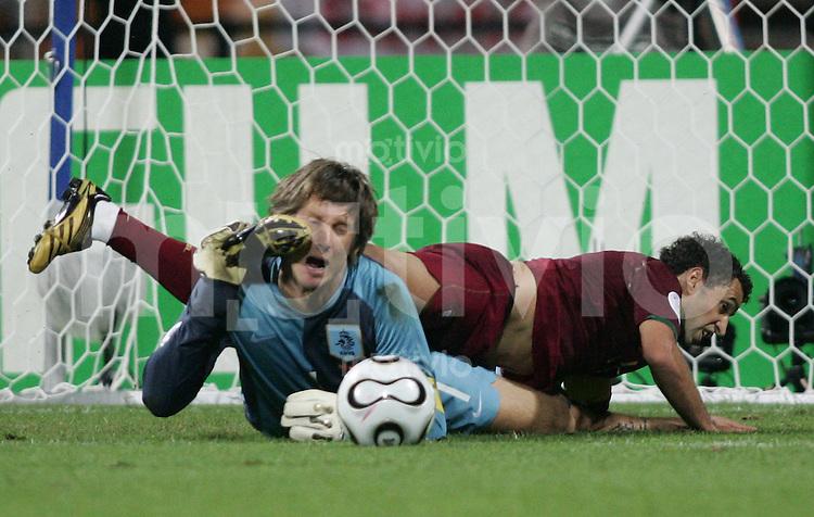 Fussball WM 2006 Achtelfinale  Portugal - Niederlande SIMAO SABROSA (POR,re) gegen Edwin VAN DER SAAR (NED,li)