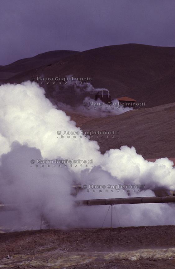 ISLANDA: fenomeni vulcanici secondari: fumarole e solfatare su un'altura.