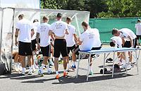 Spieler ziehen sich hinter dem Fitnesszelt um - 05.06.2018: Training der Deutschen Nationalmannschaft zur WM-Vorbereitung in der Sportzone Rungg in Eppan/Südtirol