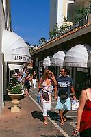 Modegeschäfte auf Via Camerelle im Ort Capri, Capri, Italien