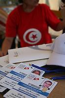 23 ottobre 2011 Tunisi, elezioni libere per l'Assemblea Costituente, le prime della Primavera araba: i cartellini di riconoscimento dei volontari al breefing per gli Osservatori Nazionali. Sullo sfondo una ragazza con una maglietta con la bandiera della Tunisia.<br /> premieres elections libres en Tunisie octobre <br /> tunisian elections