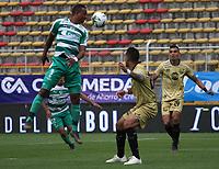 BOGOTÁ - COLOMBIA, 24-04-2019:Carlos Peralta (Izq.) jugador de La Equidad  disputa el balón con Jonathan Lopera(Der.) jugador de Rionegro  durante partido por la fecha 17 de la Liga Águila I 2019 jugado en el estadio Metropolitano de Techo de la ciudad de Bogotá. /Carlos Peralta (L) player of La Equidad fights the ball  against of Jonathan Lopera(R) player of Rionegro  during the match for the date 17 of the Liga Aguila I 2019 played at the Metropolitano de Techo  stadium in Bogota city. Photo: VizzorImage / Felipe Caicedo / Staff.