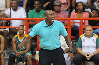 MEDELLÍN -COLOMBIA-11-11-2013. Luis Abimael Palacio técnico de Cimarrones del Chocó gesticula durante partido con Academia de la Montaña por la fecha 3 de las semifinales de la Liga DirecTV de Baloncesto 2013-II de Colombia realizado en el coliseo de la Universidad de Medellín./ Luis Abimael Palacio coach of Cimarrones del Choco gestures during match against Academia de la Montaña for the 3th date of semifinals of the DirecTV Basketball League 2013-II in Colombia played at Universidad de Medellin coliseum.  Photo:VizzorImage/Luis Ríos/STR