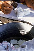 Europe/Italie/Calabre/Pizzo: Marchand de ricotta de brebis sur le marché local