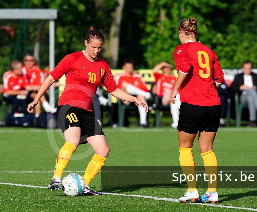 Vriendschappelijke interland vrouwenvoetbal : Belgium A - France A te Nieuwpoort ;..aftrappen van de wedstrijd door Lenie Onzia en Janice Cayman..foto DAVID CATRY / Vrouwenteam.be