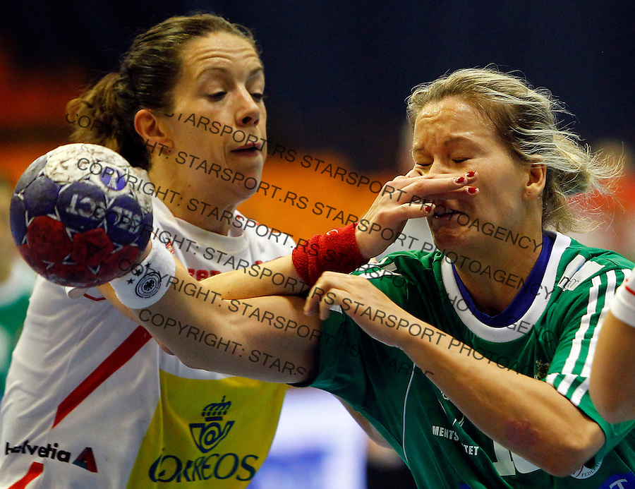 SERBIA, Novi Sad: Hungary's Piroska Szamoransky (R) vies with Spain's Begona Fernandez (L) during their Women's Handball World Championship 2013 eight-final match Hungary vs Spain on December 16, 2013 in Novi Sad.  AFP PHOTO / PEDJA MILOSAVLJEVIC