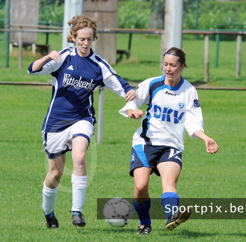 VV Rassing Harelbeke : Stefanie Houwen probeert te beletten dat Anke Boogaerts van Tienen de bal speelt.foto DAVID CATRY / VDB / BART VANDENBROUCKE