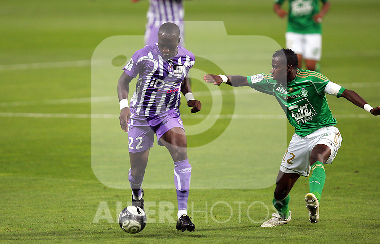 Moussa Sissoko of Toulouse takes on Blaise Matuidi of Saint Etienne. Toulouse v Saint Etienne (3-1), 2eme Journee, Ligue 1 2009/2010, Stade Municipal, Toulouse, France, 15th August 2009.