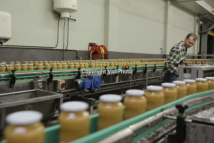 Foto: VidiPhoto..DODEWAARD - De afzet van biologische appelmoes is in 2002 niet gestegen. Ook voor dit jaar wordt eerder een omzetdaling dan een stijging verwacht. Dat blijkt uit de cijfers van Geurts Conserven in Dodewaard, de grootste producent van biologische appelmoes in Nederland. Volgens Geurts stagneert de afzet door de wereldwijde economische recessie en de prijsstijgingen in Europa als gevolg van de invoering van de euro. Biologisch appelmoes is een stuk duurder dan normale appelmoes. Geurts verwerkt vrijwel alleen Betuwse appels.