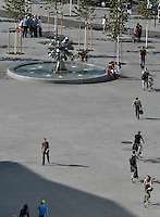 Blick über die Dächer der Innenstadt - Springbrunnen / Pusteblumen / Richard-Wagner-Platz / Passanten / Fussgänger. Foto: Norman Rembarz