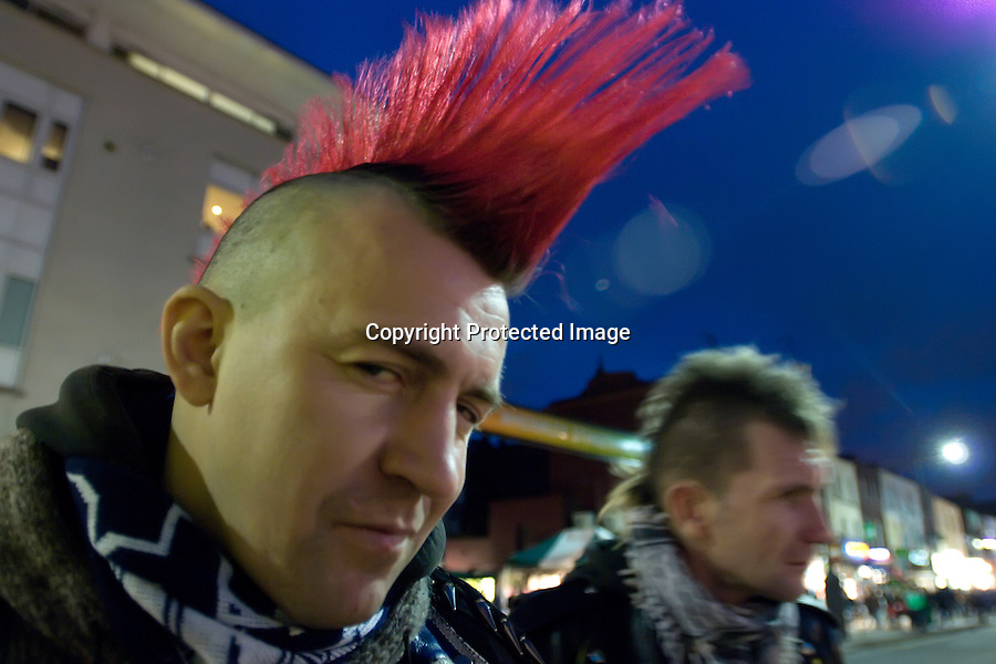 LONDRES 2008 .Punkies en el mercado de Camden town..foto JOAQUIN GOMEZ SASTRE