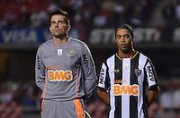 SÃO PAULO, SP, 18 DE SETEMBRO DE 2013 - CAMPEONATO BRASILEIRO - SÃO PAULO x ATLÉTICO MINEIRO: Vitor (e) e Ronaldinho (d) durante partida São Paulo x Atlético Mineiro, válida pela 22ª rodada do Campeonato Brasileiro de 2013, disputada no estádio do Morumbi em São Paulo. FOTO: LEVI BIANCO - BRAZIL PHOTO PRESS.