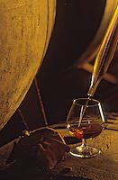 Europe/France/Midi-Pyrénées/32/Gers/Cassaigne/Chateau de Cassaigne: Mr Faget producteur d'Armagnac - Soutirage à la pipette et verre d'armagnac