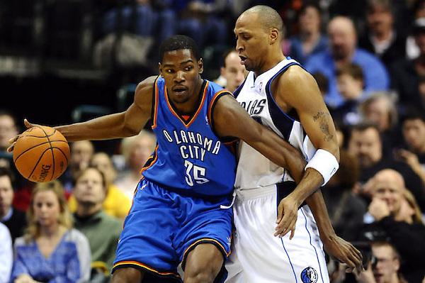 LWS06 - DALLAS (TX, EEUU), 15/01/2010.- El jugador de los Thunder de Oklahoma City Kevin Durant (i) domina el balón con la marca de Shawn Marion (d), de los Mavericks de Dallas, hoy, viernes 15 de enero de 2010, durante un partido de la NBA en el American Airlines Center de Dallas, Texas (EEUU). EFE/LARRY W. SMITH/PROHIBIDO SU USO EN CORBIS