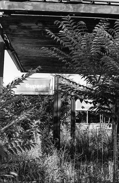 Milano, quartiere Comasina, periferia nord. Distributore di carburante in disuso e abbandonato --- Milan, Comasina district, north periphery. Disused and abandoned petrol station