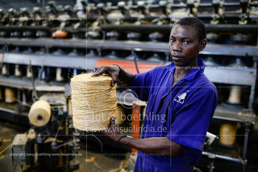 TANZANIA Tanga, Sisal industry, Tancord 1998 Ltd., processing of sisal fibres to yarn rope mat carpet , spinning unit/ TANSANIA Tanga, Sisal Industrie, Tancord ein Unternehmen der Katani Gruppe  Verabeitung der Sisalfaser zu Garn, Seil, Matte, Teppich, Spinnerei
