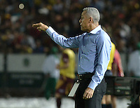 IBAGUÉ -COLOMBIA, 10-12-2015. Alexis Mendoza técnico de Atlético Junior gesticula partido de ida con Deportes Tolima por la semifinal de la Liga Águila II 2015 jugado en el estadio Manuel Murillo Toro de Ibagué./ Allexis Mendoza coach of Atletico Junior gestures during first leg match against Deportes Tolima for the semifinal of the Aguila League II 2015 played at Manuel Murillo Toro stadium in Ibague city. Photo: VizzorImage/ Gabriel Aponte / Staff