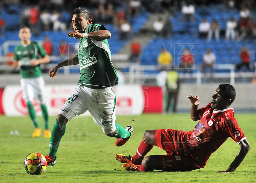CALI - COLOMBIA -13-03-2013:  César Arango (Der.) del América, disputa el balón con Harrison Mujica (Izq.) del Deportivo Cali durante  partido por la  Copa Postobon I en el estadio Pascual Guerrero de la ciudad de Cali, marzo13 de 2013. (Foto: VizzorImage / Luis Ramírez / Staff). Cesar Arango (R) of America figth the ball with Harrison Mujica (L), of Deportivo Cali during a match for the Postobon I Cup at the Pascal Guerrero stadium in Cali city, on March 13, 2013, (Photo: VizzorImage / Luis Ramirez / Staff.).