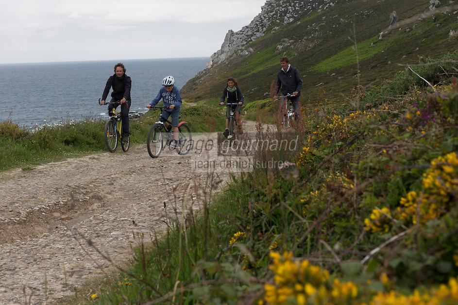 France, Bretagne, (29), Finistère, Presqu'île de Crozon, Crozon: VTT à la Pointe de Dinan