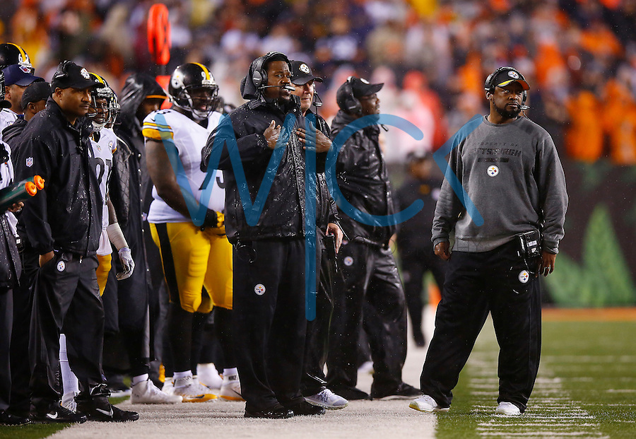 Outside linebackers coach Joey Porter and head coach Mike Tomlin of the Pittsburgh Steelers look on against the Cincinnati Bengals during the Wild Card playoff game at Paul Brown Stadium on January 9, 2016 in Cincinnati, Ohio. (Photo by Jared Wickerham/DKPittsburghSports)