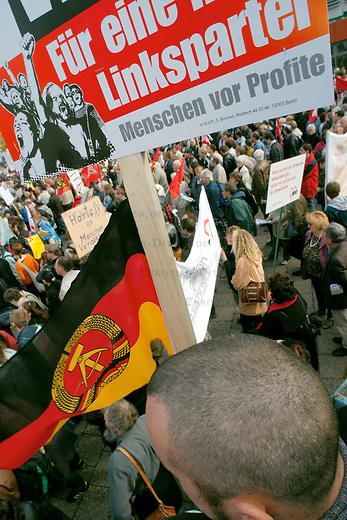 Demonstration gegen Hartz IV<br /> Mehrere 10.000 Menschen demonstrierten am Samstag den 2. Oktober 2004 in Berlin gegen die Hartz IV-Gesetze und die Reformpolitik der Bundesregierung. Aufgerufen zu dieser bundesweiten Demonstration hatte ein breites Buendnis von attac, PDS, verschiedenen Gewerkschaften und sozial engagierten Gruppen.<br /> Hier: Demonstrantionsteilnehmer mit DDR-Fahne und Plakat &quot;Fuer eine neue Linkspartei&quot;.<br /> 2.10.2004, Berlin<br /> Copyright: Christian-Ditsch.de<br /> [Inhaltsveraendernde Manipulation des Fotos nur nach ausdruecklicher Genehmigung des Fotografen. Vereinbarungen ueber Abtretung von Persoenlichkeitsrechten/Model Release der abgebildeten Person/Personen liegen nicht vor. NO MODEL RELEASE! Nur fuer Redaktionelle Zwecke. Don't publish without copyright Christian-Ditsch.de, Veroeffentlichung nur mit Fotografennennung, sowie gegen Honorar, MwSt. und Beleg. Konto: I N G - D i B a, IBAN DE58500105175400192269, BIC INGDDEFFXXX, Kontakt: post@christian-ditsch.de<br /> Bei der Bearbeitung der Dateiinformationen darf die Urheberkennzeichnung in den EXIF- und  IPTC-Daten nicht entfernt werden, diese sind in digitalen Medien nach &sect;95c UrhG rechtlich geschuetzt. Der Urhebervermerk wird gemaess &sect;13 UrhG verlangt.]