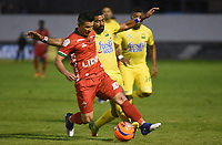 TUNJA -COLOMBIA, 12-03-2017: Omar Vasquez (Izq) jugador de Patriotas FC disputa el balón con Gabriel Gomez (Der) jugador de Atlético Bucaramanga durante partido por la fecha 9 de la Liga Águila I 2017 realizado en el estadio La Independencia en Tunja. / Omar Vasquez (L) player of Atletico Bucaramanga fights for the ball with Gabriel Gomez (R) player of Atletico Bucaramanga during match for the date 9 of Aguila League I 2017 at La Independencia stadium in Tunja. Photo: VizzorImage/César Melgarejo/Cont