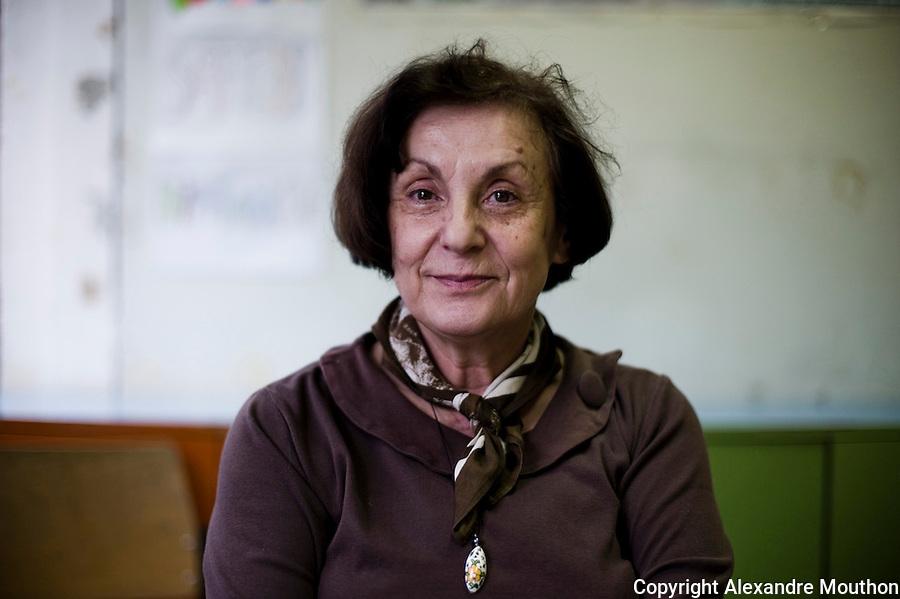 Jasna est bientôt à la retraite. Elle est aussi professeur de Russe, langue qu'elle n'enseigne plus depuis l'indépendance. Dans les années 1970, elle a passé deux ans en France, à Chambéry. Elle a fait des petits boulots pour pouvoir suivre des cours en auditeur libre à l'université. Elle retourne régulièrement en Savoie et en Isère.