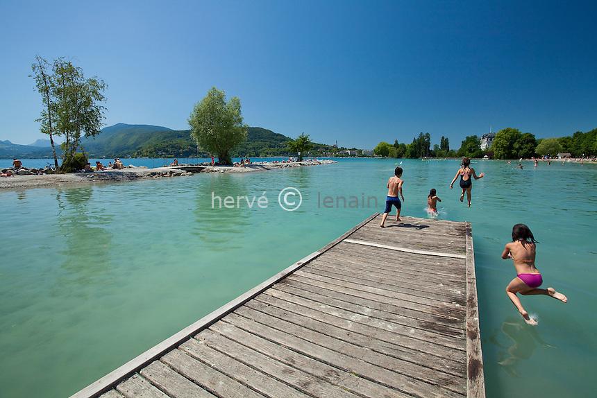 France, Haute-Savoie (74), Anneçy-le-Vieux, plage d'Albigny, ponton servant de plongeoir pour les enfants // France, Haute-Savoie, Anneçy-le-Vieux, beach of Albigny, pontoon used as diving platform for children