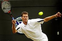 30-06-2004, London, tennis, Wimbledon, Sjeng Schalken in actie tegen Roddick