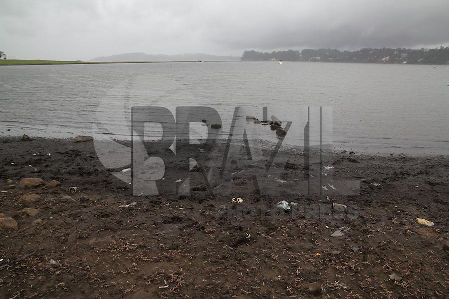 SAO PAULO, SP - 04.12.2014 - CRISE HIDRICA   CHUVA GURAPIRANGA - Volta a chover na Represa do Guarapiranga nesta quinta-feira (04) ap&oacute;s a SABESP anunciar o aumento da produ&ccedil;&atilde;o de &aacute;gua para atender a popula&ccedil;&atilde;o abastecida pelo sistema cantareira. A represa est&aacute; com 32,2% de sua capacidade e o governo anunciou que aumentar&aacute; a produ&ccedil;&atilde;o de &aacute;gua em 1 mil litros por segundo, sendo assim, o sistema passa de 14 mil l/s a 15 mil l/s a produ&ccedil;&atilde;o de &aacute;gua.<br /> <br /> (Foto: Fabricio Bomjardim / Brazil Photo Press)