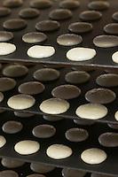 Europe/France/Aquitaine/64/Pyrénées-Atlantiques/Pays Basque/Saint-Jean-de-Luz: Fabrication des macarons chez Adam- Plaque de macarons avant cuisson