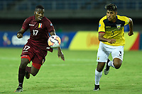 PEREIRA – COLOMBIA, 24-01-2020: Jan Hurtado de Venezuela disputa el balón con Luis Segovia de Ecuador durante partido entre Venezuela y Ecuador por la fecha 3, grupo A, del CONMEBOL Preolímpico Colombia 2020 jugado en el estadio Hernán Ramírez Villegas de Pereira, Colombia. / Jan Hurtado of Venezuela fights the ball with Luis Segovia of Ecuador during the match between Venezuela and Ecuador for the date 3, group A, for the CONMEBOL Pre-Olympic Tournament Colombia 2020 played at Hernan Ramirez Villegas stadium in Pereira, Colombia. Photo: VizzorImage / Julian Medina / Cont