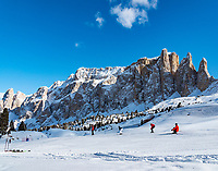 Italien, Suedtirol (Trentino - Alto Adige), Groednertal oberhalb von Wolkenstein an der Sellajoch Passstrasse:  Skipiste vor der Sellagruppe | Italy, South Tyrol (Trentino -Alto Adige) above Selva di Val Gardena at Passo Sella: ski run and Sella Mountain Range