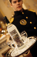 "Europe-Asie/Russie/Saint-Petersbourg : Service de la Vodka au restaurant ""The Noble Nest"""