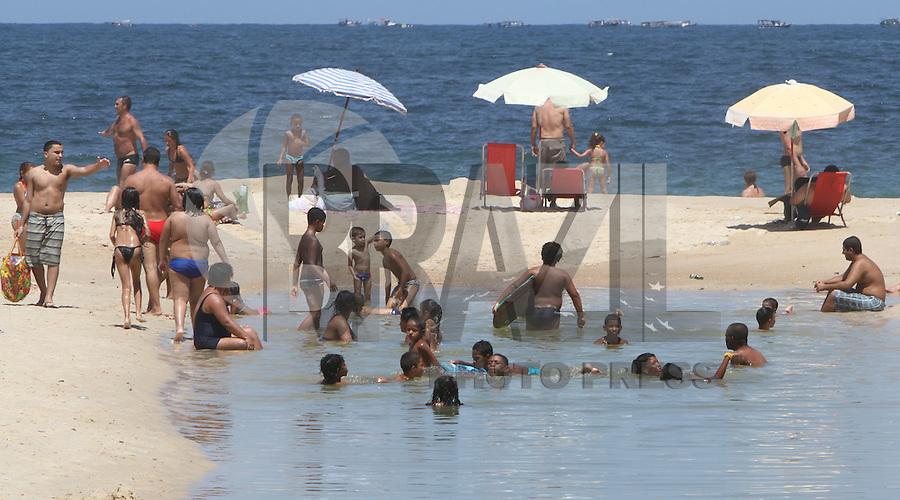 RIO DE JANEIRO, RJ, 24 FEVEREIRO 2013 - LINGUA NEGRA COPACABANA -  Uma lingua negra e vista na praia de Copacabana proximo ao posto 4 em Copacabana entre a rua Siqueira Campos e Figueiredo de Magalhaes nesse domingo 24 (FOTO:LEVY RIBEIRO / BRAZIL PHOTO PRESS)..