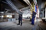 UTRECHT - Hoewel men door de bomen het bos niet meer lijkt te zien, worden de kilometers kabel bij de afbouw van de door Slingerland Bouw gebouwde Brede School uiteindelijk allemaal keurig op zijn plek gelegd. In het in opdracht van de gemeente Utrecht gebouwde complex komen drie basisscholen, twee gymzalen en een kinderopvang. Het gebouw krijgt energiezuinige verwaming, door middel van een zgn lange termijn energie opslag in de bodem. Tevens komt er daglichtafhankelijke verlichting en een groen dak met beplanting. De Brede school wordt inhet voorjaar van 2013 opgeleverd. COPYRIGHT TON BORSBOOM
