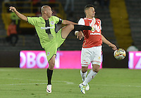 BOGOTÁ -COLOMBIA, 04-06-2016. Yeison Gordillo (Der.) jugador de Santa Fe disputa el balón con Mayer Candelo (Izq.) jugador de Cortulúa durante partido de vuelta entre Independiente Santa Fe y Cortulúa por los cuadrangulares finales de la Liga Aguila I 2016 jugado en el estadio Nemesio Camacho El Campin de la ciudad de Bogota.  / Yeison Gordillo (R) player of Santa Fe struggles for the ball with Mayer Candelo (L) player of Cortulua during second leg match between Independiente Santa Fe and Cortulua of the finals quadrangular of the Liga Aguila I 2016 played at the Nemesio Camacho El Campin Stadium in Bogota city. Photo: VizzorImage/ Gabriel Aponte / Staff