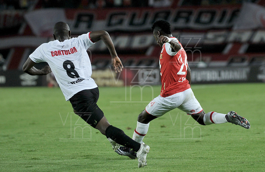 BOGOTA - COLOMBIA - 24-04-2016: Carlos Andres Rivas (Der.) jugador de Independiente Santa Fe disputa el balón con Juan D. Campo (Izq.) player de Cortulua, durante partido por la fecha 6 entre Independiente Santa Fe y Cortulua,  de la Liga Aguila I-2016, en el estadio Nemesio Camacho El Campin de la ciudad de Bogota.  / Carlos Andres Rivas (R) player of Independiente Santa Fe struggles for the ball with Juan D. Campo (L) player of Cortulua, during a match of the 6 date between Independiente Santa Fe and Cortulua, for the Liga Aguila I -2016 at the Nemesio Camacho El Campin Stadium in Bogota city, Photo: VizzorImage / Luis Ramirez / Staff