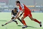 Champions Trophy Hockey mannen. Nederland-India (5-4). Karel Klaver passeert Viren Rasquinha van India.