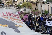 Roma 27 Aprile 2013.Estradato Lander Fernandez.attivista del movimento giovanile basco, rifugiato in italia e agli arresti domiciliari  da più di un anno per  la richiesta di estradizione da parte della Spagna che lo accusa di aver commesso un reato di danneggiamento di un autobus durante una manifestazione a Bilbao nel febbraio 2002. .Amici/he e compagni/e espongono uno striscione sulla scalinata di Trinità dei Monti a Piazza di Spagna per la sua libertà