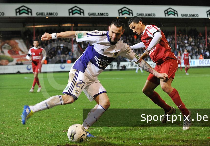 KV Kortrijk - RSC Anderlecht : Marcin Wasilewski aan de bal voor Mustapha Oussalah.foto VDB / BART VANDENBROUCKE