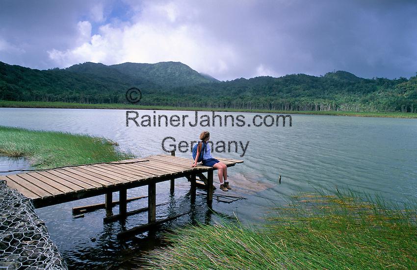 Karibik, Kleine Antillen, Grenada: Wandern im Grand Etang Nationalpark - Rast am Kratersee | Caribbean, Lesser Antilles, Grenada: Hiker in Rainforest at Grand Etang National Park - resting at Crater lake