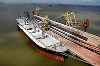 Alunorte, a maior refinaria de alumina do mundo <br /> Em 1978, um acordo entre os governos do Brasil e do Jap&atilde;o &mdash; que contou com a participa&ccedil;&atilde;o da Vale (na &eacute;poca, chamada de Companhia Vale do Rio Doce) &mdash; criou a empresa Alunorte - Alumina do Norte do Brasil S.A, idealizada para integrar a cadeia produtiva do alum&iacute;nio no Par&aacute;, estado rico em bauxita, mat&eacute;ria-prima da alumina.<br /> Constru&iacute;da estrategicamente em Barcarena, munic&iacute;pio situado a 40 quil&ocirc;metros, em linha reta, de Bel&eacute;m (PA), a Alunorte iniciou suas opera&ccedil;&otilde;es em julho de 1995, ap&oacute;s um per&iacute;odo de paralisa&ccedil;&atilde;o das obras em fun&ccedil;&atilde;o de uma crise no mercado, que retardou a implanta&ccedil;&atilde;o do projeto.<br /> Em 2000, iniciou-se o primeiro projeto de expans&atilde;o da refinaria, que foi conclu&iacute;do em 2003. Com a amplia&ccedil;&atilde;o, a capacidade produtiva passou de 1,6 para 2,5 milh&otilde;es de toneladas de alumina por ano. Com esse salto na produ&ccedil;&atilde;o, a empresa ganhou destaque no cen&aacute;rio internacional e passou a figurar como a maior refinaria da Am&eacute;rica Latina e a quarta do mundo. Nesse mesmo ano, iniciou-se a segunda expans&atilde;o.<br /> A conclus&atilde;o da segunda expans&atilde;o terminou no primeiro semestre de 2006, consolidando a Alunorte como a maior refinaria de alumina do planeta. A empresa chegava ent&atilde;o a uma capacidade de produ&ccedil;&atilde;o de 4,4 milh&otilde;es de toneladas de alumina por ano, gerando emprego para cerca de 2,5 mil pessoas (funcion&aacute;rios pr&oacute;prios e contratados).<br /> Em agosto de 2008, a Alunorte concluiu as obras da Expans&atilde;o 3, um investimento de R$ 2,2 bilh&otilde;es que capacitou a empresa para produzir 6,26 milh&otilde;es de toneladas de alumina por ano. Com esse patamar, a Alunorte passou a ser respons&aacute;vel por 7% da produ&ccedil;&atilde;o mundial de 