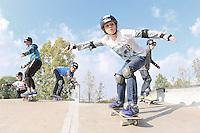 Hanna, Mauricio, Conor und Robin üben mit dem Skateboard