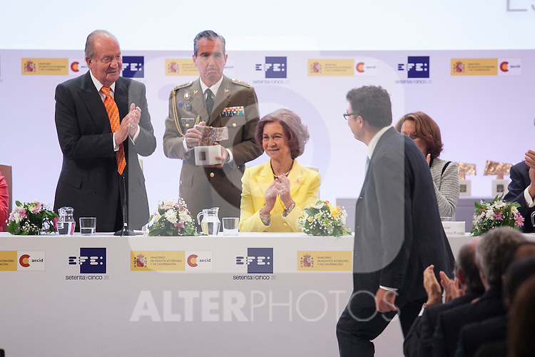 "King Juan Carlos of Spain and Queen Sofia of Spain with the photojournalist Pedro Armestre during the ""REY DE ESPAÑA"" International Journalism Awards and ¨DON QUIJOTE"" Journalism Award in Madrid, Spain. May 27, 2014. (ALTERPHOTOS/Victor Blanco)"